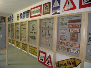 Übersicht alte deutsche Nummernschilder und Verkehrsschilder