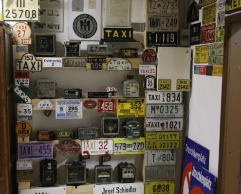 Taxischilder und Taxameter im Wandel der Zeit