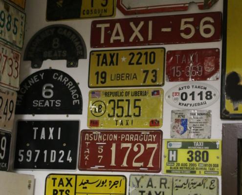 Nummernschilder aus aller Welt für Taxen